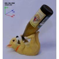 Подставка для бутылки, собачка лежит на спине и пьет из бутылки.