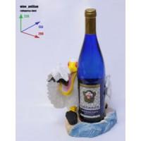 Подставка для бутылки, пеликан обнимает бутылку.