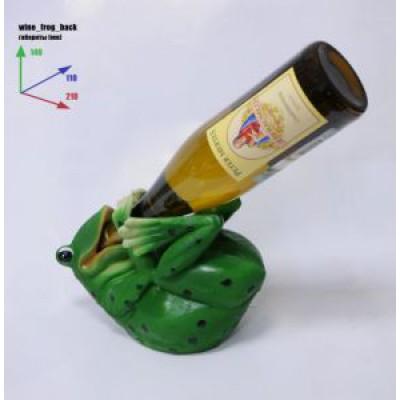 Подставка для бутылки, лягушка лежите на спине и пьет из бутылки.