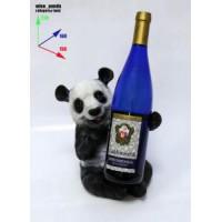 Подставка для бутылки, панда обнимает бутылку.