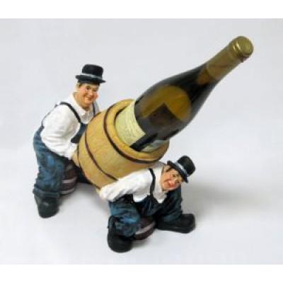 Подставка для бутылки, 2 рабочих несут бутылку