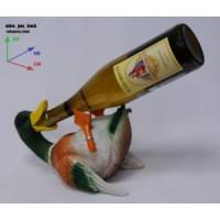Подставка для бутылки, птица лежит на спине и пьет из бутылки.