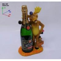 Подставка для бутылки, лось стоит и обнимает бутылку