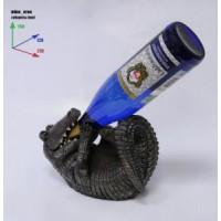 Подставка для бутылки, крокодил лежит на спине и пьет из бутылки.