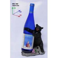 Подставка для бутылки, медведь поддерживает бутылку.